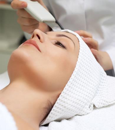 kobieta w trakcie kawitacyjnego peelingu