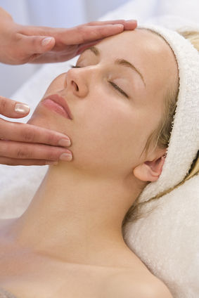 Manualne oczyszczanie twarzy – zalety i wady